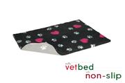 Vetbed® protišmykový antracitový s ružovými srdiečkami a bielymi packami 100 x 150 cm