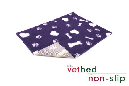 Vetbed® protišmykový fialový s bielymi kostičkami, srdiečkami a packami 100 x 150 cm